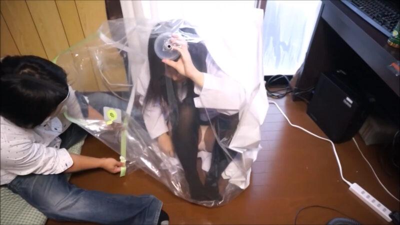布団圧縮袋で女の子を圧縮するとどうなる! 掃除機でおもいっきり吸引【※安全に配慮して撮影しています】 03:36