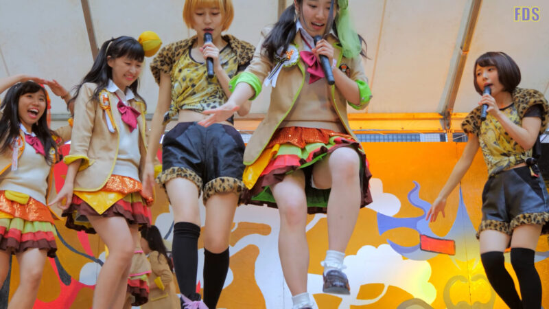 ファンの所へ会いに来てくれるアイドル 『まいどハンバーガールZ』 Japanese girls Idol group [4K] 01:44